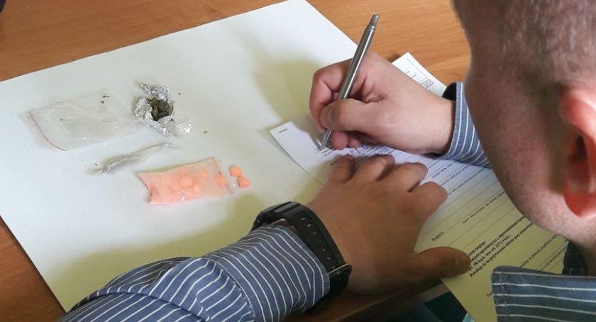 Komunikaty policji , Łowicz Młodzi mężczyzni odpowiedzą posiadanie narkotyków - zdjęcie, fotografia