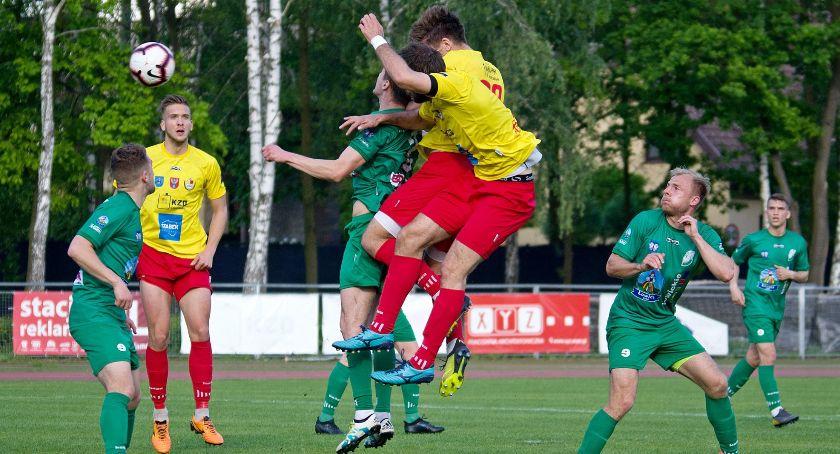 Piłka nożna, Pelikan sprawił niespodzianki Legionowie - zdjęcie, fotografia