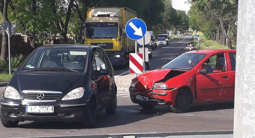 Wypadki i kolizje, Zderzenie dwóch osobówek trasie poznańskiej Łowiczu - zdjęcie, fotografia