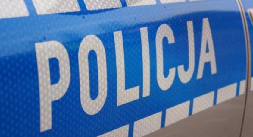 Kronika policyjna, Policjanci Nieborowa zatrzymali poszukiwanego mężczyznę kobietę która posiadała narkotyki - zdjęcie, fotografia