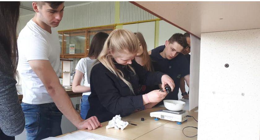 Edukacja, Młodzież Łowiczu poznawała tajniki zawodu farmaceuty - zdjęcie, fotografia