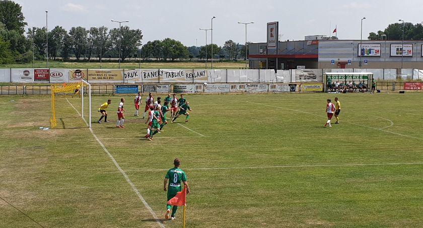Piłka nożna, Pelikan Łowicz wygrywa trzeci rzędu - zdjęcie, fotografia