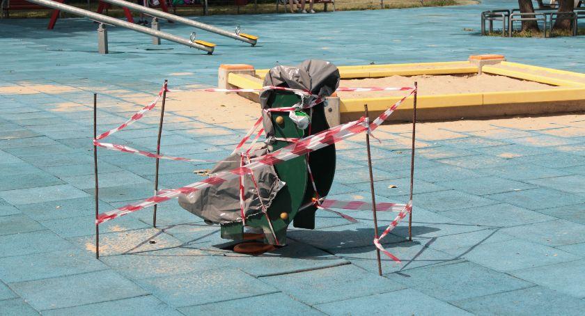 Inwestycje, Kolejne prace modernizacyjne placu zabaw łowickich Błoniach - zdjęcie, fotografia