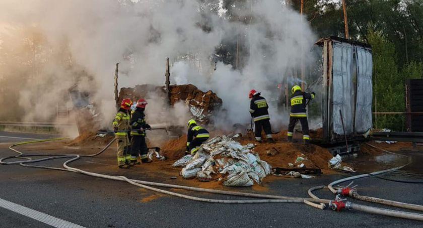 Interwencje straży pożarnej, Pożar naczepy ciężarówki autostradzie granicy łowickiego skierniewickiego - zdjęcie, fotografia