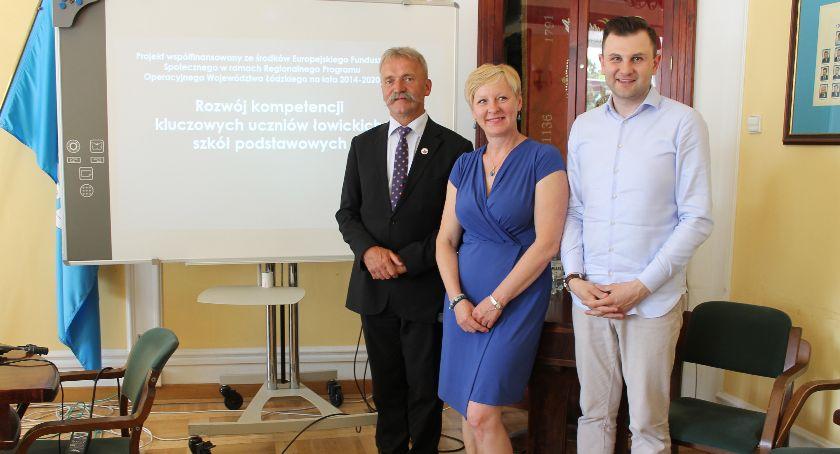 Urząd Miejski, Projekt realizowany przez Miasto Łowicz wsparciem łowickich szkół uczniów nauczycieli - zdjęcie, fotografia