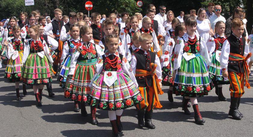 Koncerty, Łowicz barwny korowód pasiaków folklorystyczne atrakcje Nowym Rynku (DUŻO ZDJĘĆ VIDEO) - zdjęcie, fotografia