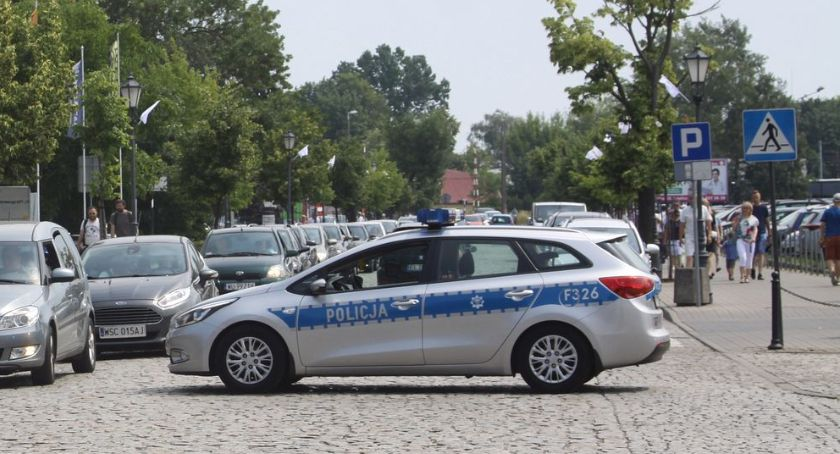 Kronika policyjna, Łowicz latka zostawiła samochodzie Wycieńczone zwierzę uratowali policjanci - zdjęcie, fotografia