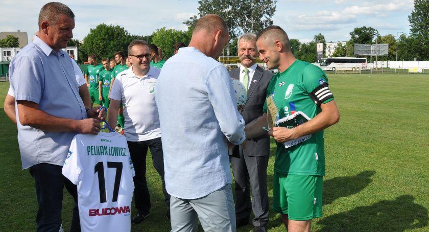 Piłka nożna, Porażka Pelikana zakończenie sezonu Władze klubu podziękowały wieloletniemu kapitanowi - zdjęcie, fotografia
