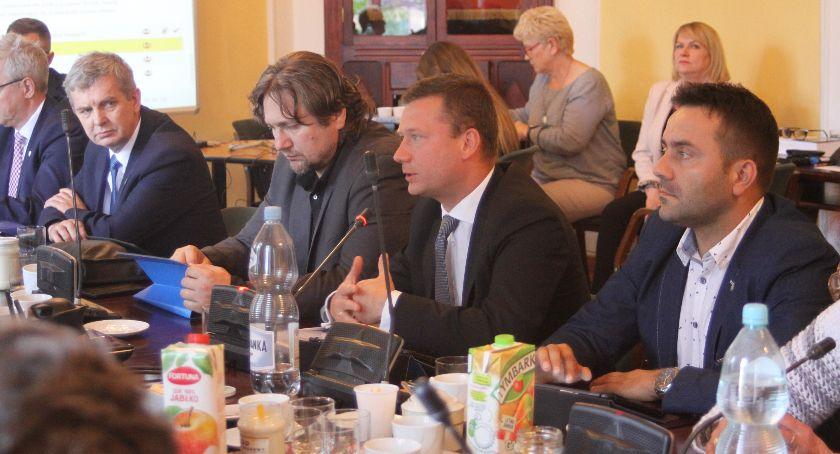 Urząd Miejski, Łowicz radni opozycji chcą miejskie jednostki publikowały rejestr zawieranych umów odpowiedź burmistrza - zdjęcie, fotografia