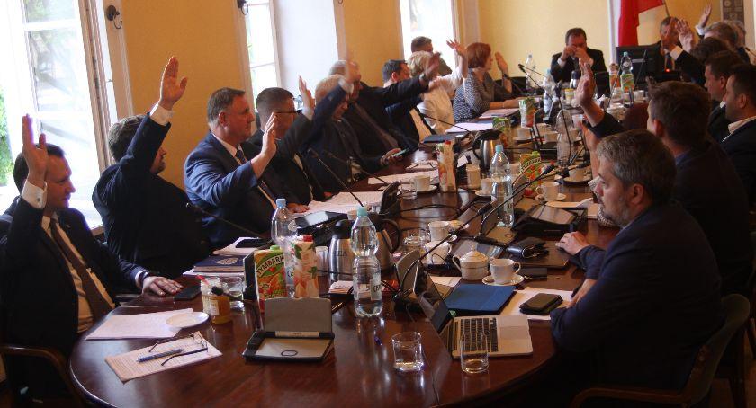 Urząd Miejski, Oglądaj żywo debatę raportem stanie miasta Łowicza - zdjęcie, fotografia