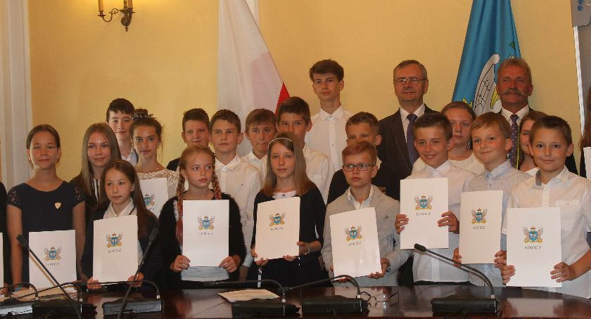 Edukacja, Stypendia najzdolniejszych uczniów Łowiczu rozdane (FOTO) - zdjęcie, fotografia