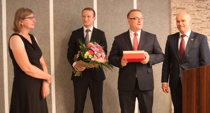 Starostwo Powiatowe, Podziękowania ustępującej stanowiska dyrektor Muzeum Łowiczu przejmie obowiązki - zdjęcie, fotografia
