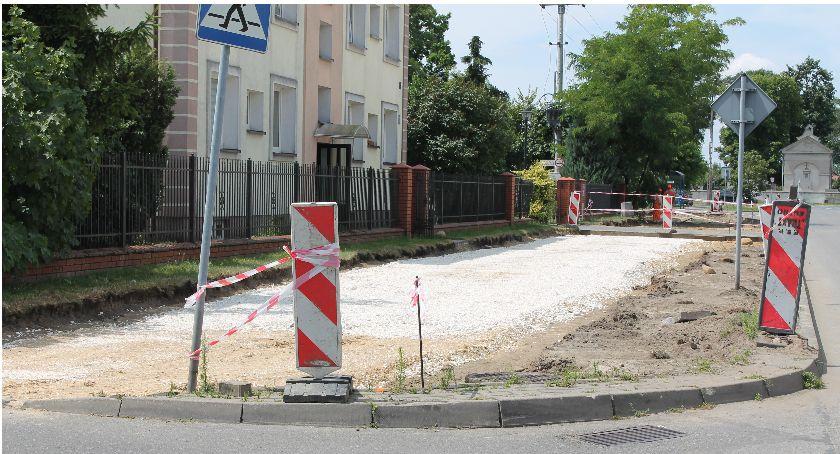Inwestycje, Ruszyła budowa ścieżki pieszo rowerowej przebudową Topolowej Łowiczu - zdjęcie, fotografia