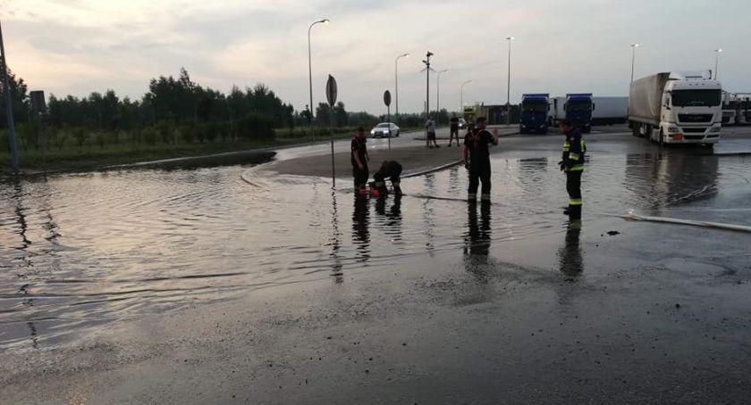 Interwencje straży pożarnej, Ulewa Łowiczem okolicami Zalane piwnice autostradzie - zdjęcie, fotografia