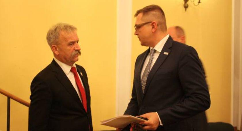 Urząd Miejski, Mariusz Siewiera rezygnuje funkcji wiceburmistrza Łowicza Łowickie wychodzi koalicji rządzącej - zdjęcie, fotografia