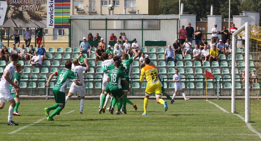 Piłka nożna, Duże kontrowersje meczu Pelikana Biało zieloni zremisowali Sokołem - zdjęcie, fotografia