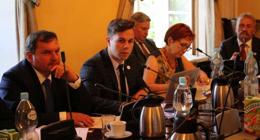 Urząd Miejski, Bliski współpracownik burmistrza Łowicza znalazł pracę ratuszu Stanie czele nowego wydziału - zdjęcie, fotografia