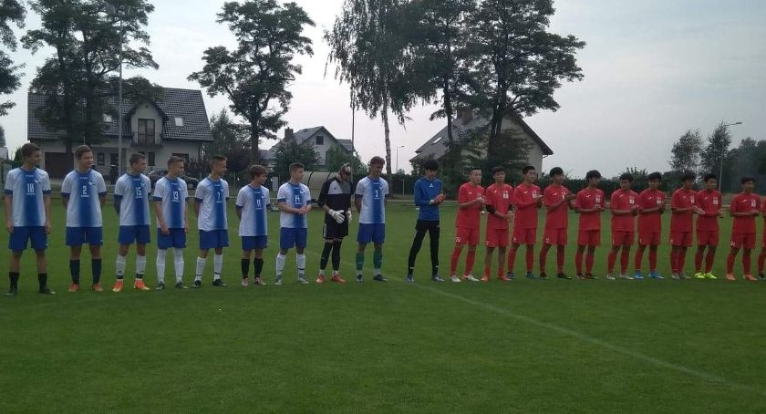 Piłka nożna, Reprezentacja Łowiczu wygrała drużyną piłkarską Pekinu - zdjęcie, fotografia