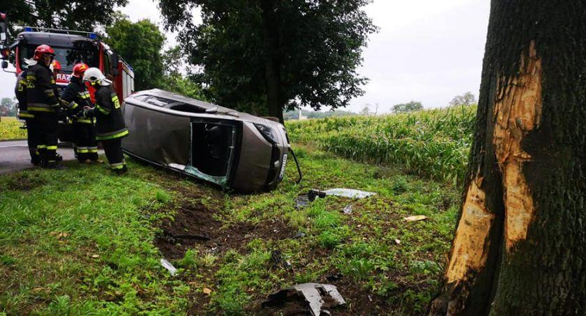 Wypadki i kolizje, Dachowanie Kiernozią Strażacy wydostali latkę uwięzioną kierownicą - zdjęcie, fotografia