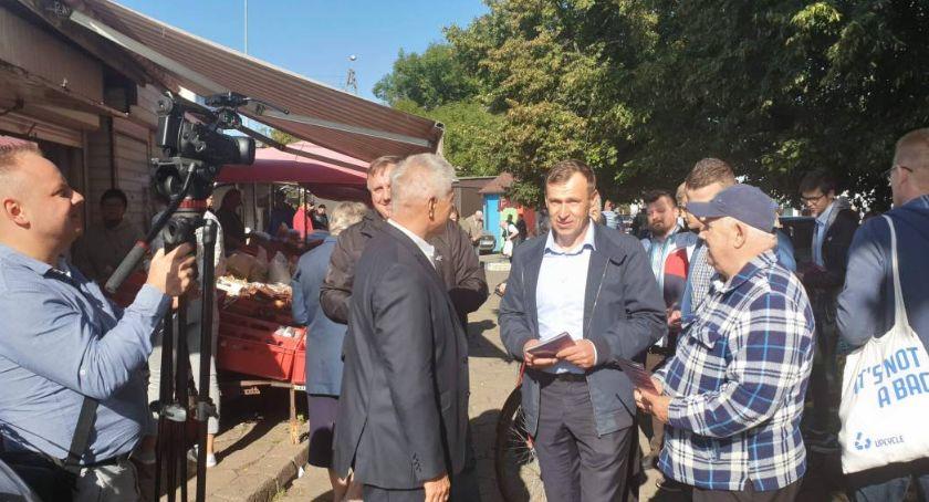 Wybory 2018, Cezary Olejniczak Marek Belka agitowali łowickim targowisku - zdjęcie, fotografia