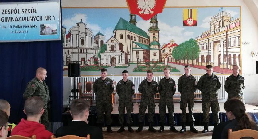 Edukacja, pierwsze zajęcia grupy mundurowej - zdjęcie, fotografia