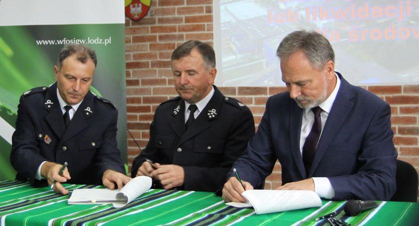 Straż Pożarna, Jednostki powiatu łowickiego podpisały umowy zakup sprzętu (ZDJĘCIA VIDEO) - zdjęcie, fotografia