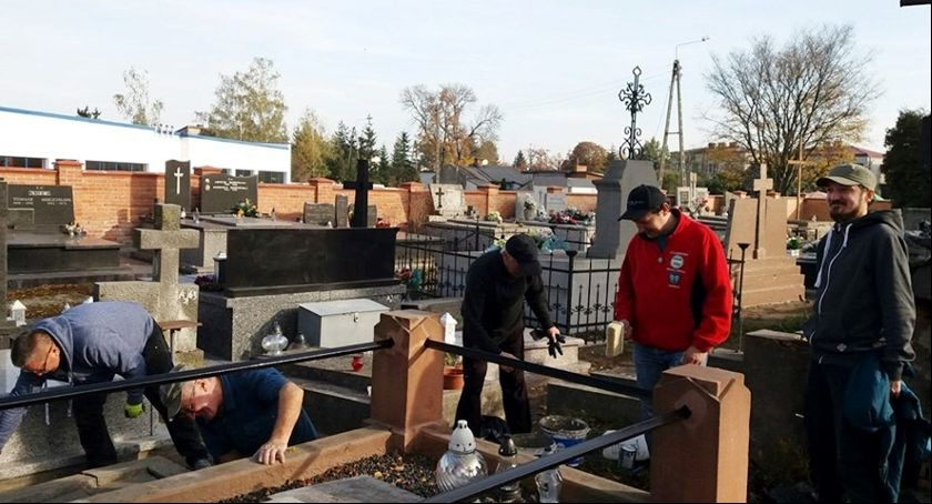 Stowarzyszenia, Sprzątali nagrobki zasłużonych łowiczan cmentarzach Emaus katedralnym - zdjęcie, fotografia