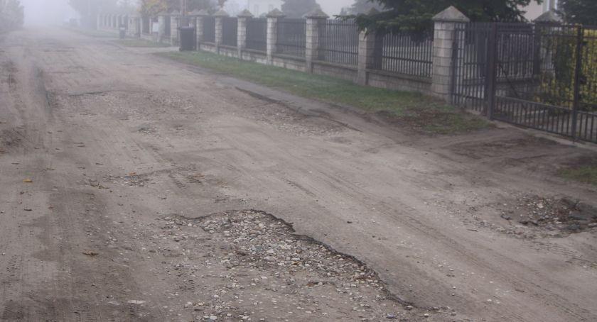 Wasze sprawy, Zerwany asfalt ulicy Czajki Łowiczu Mieszkańcy trudem dojeżdżają swoich domów (ZDJĘCIA VIDEO) - zdjęcie, fotografia