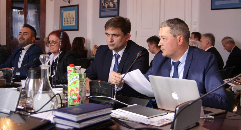 Urząd Miejski, Radni Niezależni chcą zmian funkcjonowaniu Młodzieżowej Miejskiej Łowiczu - zdjęcie, fotografia