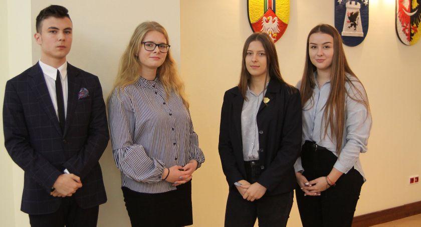 Edukacja, Młodzieżowa Powiatu Łowickiego rozpoczęła swoją działalność Uczennica została przewodniczącą (ZDJĘCIA VIDEO) - zdjęcie, fotografia