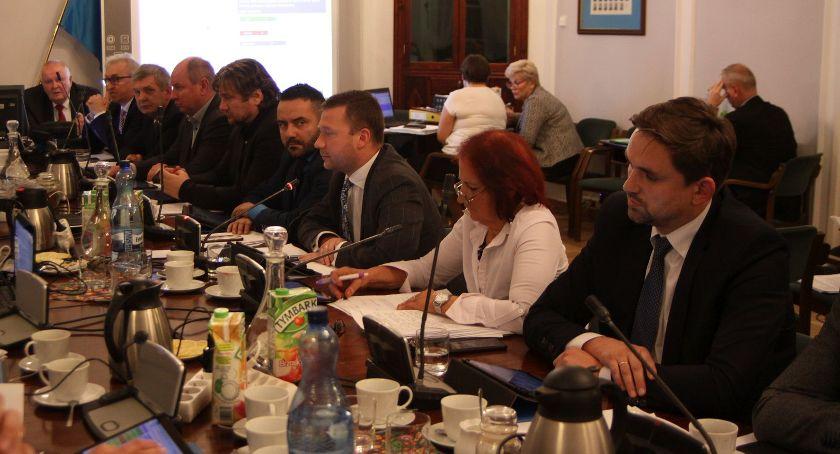 Urząd Miejski, Radni zadecydowali przyszłości Młodzieżowej Miejskiej Łowiczu - zdjęcie, fotografia