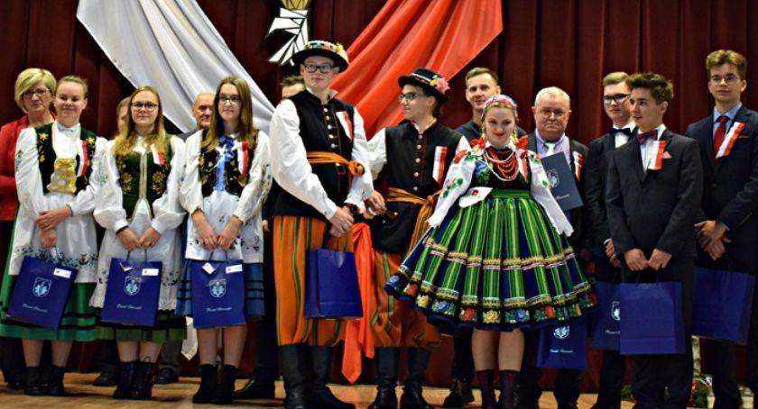Edukacja, Uczniowie Łowiczu świętowali odzyskanie niepodległości góralsku - zdjęcie, fotografia