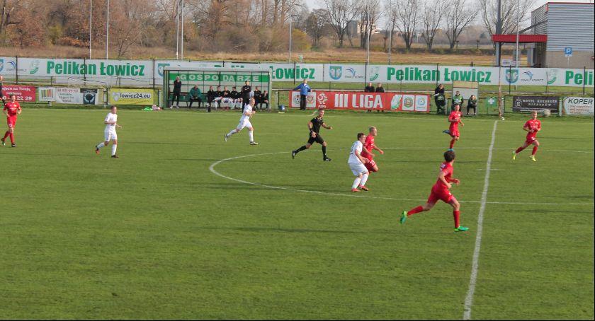 Piłka nożna, Pelikan wygrywa ostatnim spotkaniu pierwszej rundy - zdjęcie, fotografia