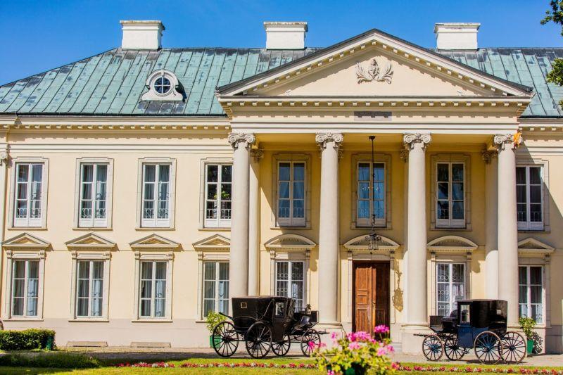 Zabytki, Zabytkowe karety zaparkują przed pałacem Walewicach - zdjęcie, fotografia