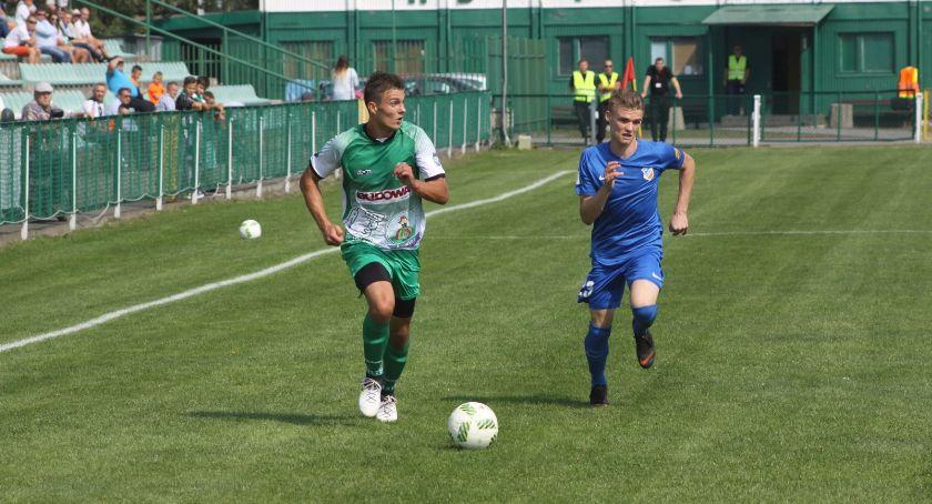 Piłka nożna, Dwóch zawodników odchodzi Pelikana - zdjęcie, fotografia
