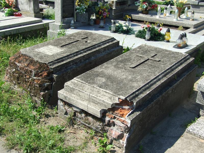 Zabytki, Odnawiają zabytkowe groby łowickich cmentarzach - zdjęcie, fotografia