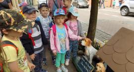 Przedszkolaki odwiedziły budkę-skarbonkę