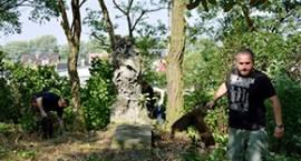 """""""Dziesiątacy"""" porządkowali najstarszy cmentarz w Łowiczu"""