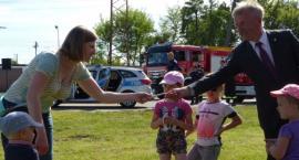 Upominki od burmistrza dla małych uczestników pikniku na Zatorzu