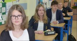 Gimnazjaliści rozwiązywali test i pisali wypracowanie w konkursie czytelniczym
