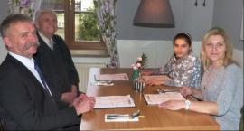 Wspólny posiłek seniora, wolontariuszki i burmistrza w restauracji Powroty