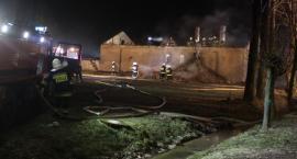 Pożar domu pod Łowiczem. Ranny mieszkaniec oraz jeden ze strażaków