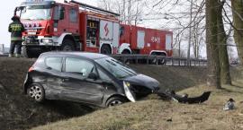Zdarzenie drogowe na trasie poznańskiej. Mitsubishi w rowie