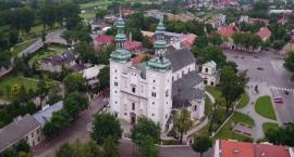 Szlakiem miejsc niezwykłych do Łowicza. Bazylika katedralna okiem kamery