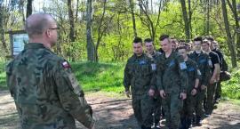Uczniowie klasy mundurowej z ZSP nr 1 w Łowiczu ćwiczyli z 10 OBL