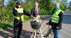 Przed weekendem majowym wręczali rowerzystom kamizelki odblaskowe