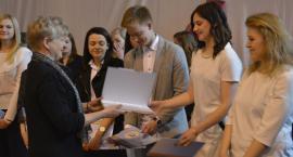 Uroczyste pożegnanie maturzystów klas czwartych w ZSP nr 3 im. W. S. Reymonta w Łowiczu