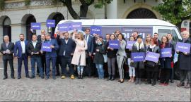 KW Prawa i Sprawiedliwości z Wolskim–busem przed ratuszem. Zaprezentowali program wyborczy