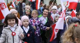 Niepodległościowy przemarsz uczniów łowickiej Pijarskiej (ZDJĘCIA, VIDEO)