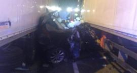 Koszmarny wypadek na A2 w Łowickiem. Osobówka zmiażdżona przez dwa tiry